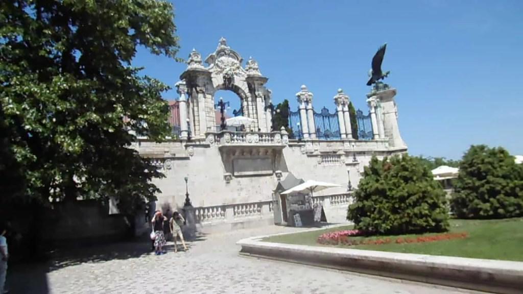 Que visiter à Budapest- entrée du chateau de Buda-famille nomade digitale