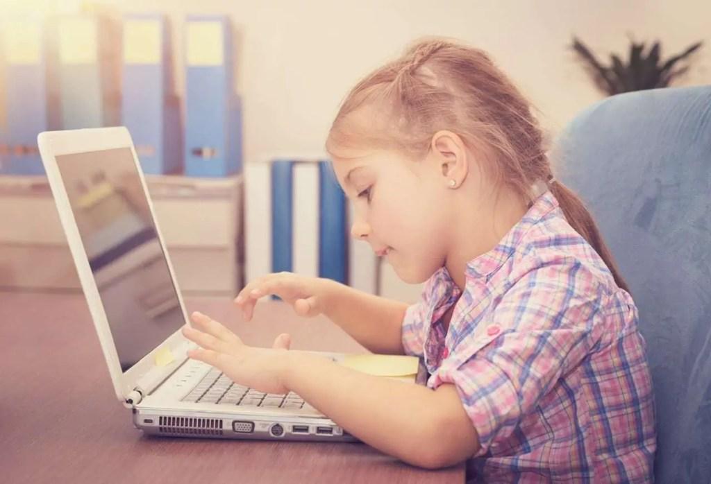 Enseigner à domicile - enfant qui travaille sur un ordinateur