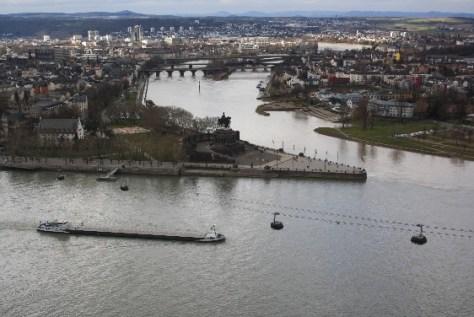 Koblenz, Kaiser, Deutsches Eck am Zusammenfluss von Rhein und Mosel: Die Aussicht von der Festung Ehrenbreitstein ist spitze. (Good view over the German Corner with the Kaiser memorial where the rivers Rhine and Moselle meet.)