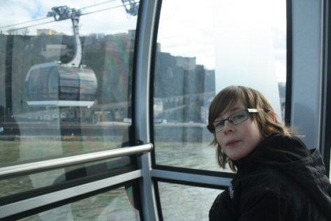 """""""Wie in einer Seifenblase"""" schweben wir in der Seilbahn über den Rhein. (""""Like in a soap bubble"""" we glide over the Rhine in our cable car.)"""
