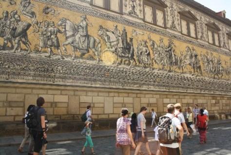 Vom Mittelalter bis ins Jahr 1905 sind alle 35 Wettiner Herrscher auf dem gut hundert Meter langen Fürstenzug aneinandergereiht.