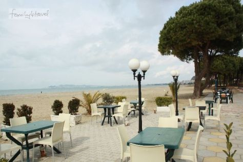 Urlaub in Albanien: Absolut nicht der schlechteste Standard, der uns auf unserer Europa-Reise begegnet ist. Eins von vielen Cafés, traumhaft am Meer gelegen.