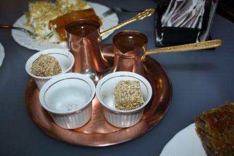 Wer Kaffee bestellt, kriegt in der Regel welchen mit Satz - und Süßigkeit (hier in Sarajevo).