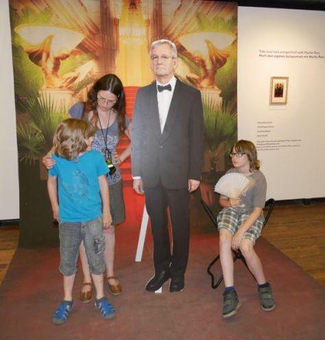 Dreiviertel-Familienfoto ganz im Stil von und mit dem hier leicht pappigen Fotokünstler Martin Parr im Kunst Haus Wien.