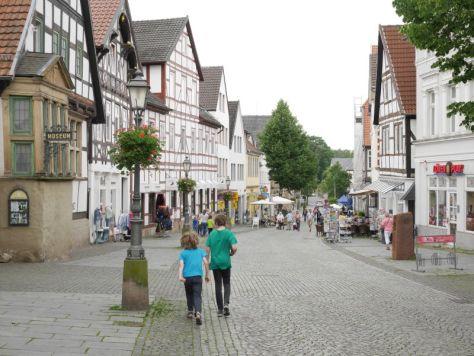 Fußgängerzone Bückeburg mit Kindern