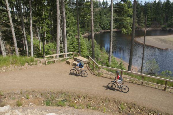 vn-medium-Cycling-along-the-Lakeside-Way