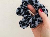 Scrunchie: plissé leopard blauw