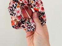 Scrunchie: bloemenparade (rood/roze)