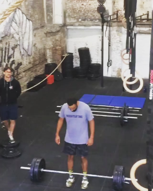 I almost never do 1 rep maxes, because they often look like shit, just like this one. But in competition it's always fun to get that weight up in the air. Now the mission is to make it look good. From 85kg to 95kg. No worries No little kittens got hurt and neither did I