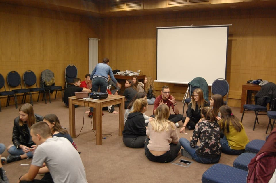 На семинар за кариерно ориентиране се изпълняват групови задачи от учениците на Немска гимназия - Бургас