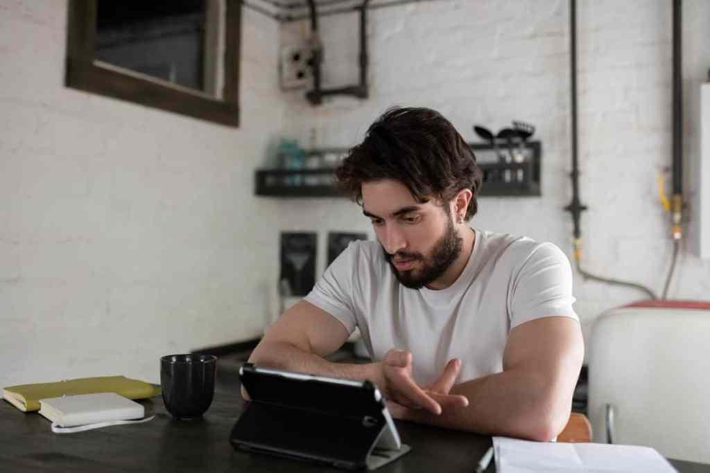 Онлайн психологично консултиране със специалист психолог на един клиент.