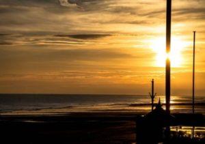 Parfois le soleil se couche et c'est beau mais encore faut-il qu'il se lève . . . #courseullessurmer #sunset  #igerscaen  #super_france  #bestfrancepics #bns_europe #bns_france #france4dreams  #france_focus_on  #france_photolovers #igersfrance  #igersnormandie  #ilovenormandy  #instanormandie  #insta_normandy #merveillesdefrance #normandie #normandietourisme #yourhappyfrance  #regionnormandie  #unlimitednormandie #decouvrirensemble  #igers_opengallery #hello_france  #super_france  #clouds  #beach_focus_on  #beachlovers