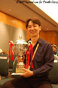 Raymond Lee et son trophée