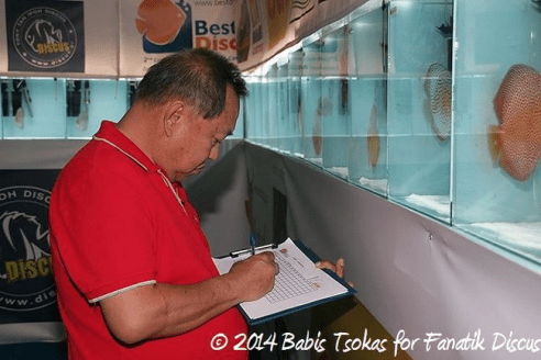 Andrew Soh utilisant le système de notation des discus grecque
