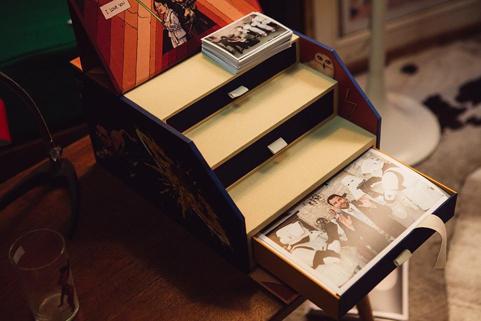 fotos de la boda dentro de la caja fandi ilustrada