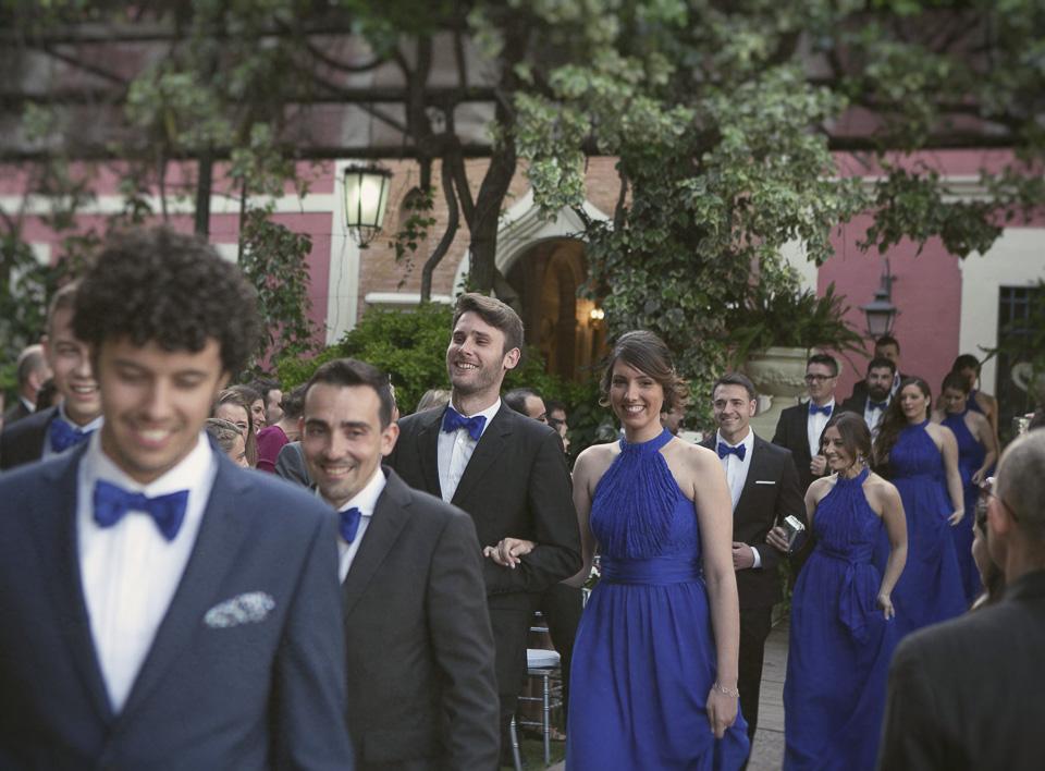 amigos de los novios entrando en la ceremonia