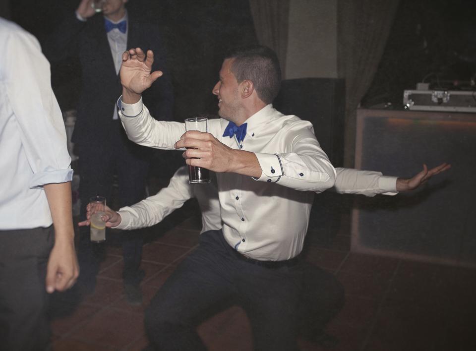 baile gracioso entre invitados