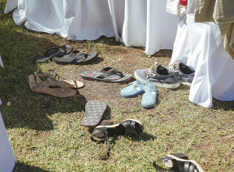 140 zapatillas en el suelo
