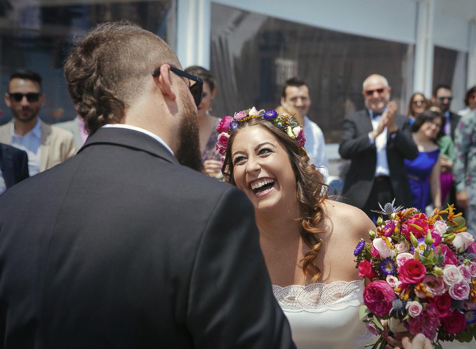 20 novia sonriendo a su futuro marido