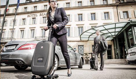 別人提行李箱走路,你直接滑行李箱,超炫 圖來源/shopping.friday