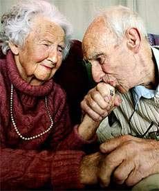 pasangan kakek nenek roamntis