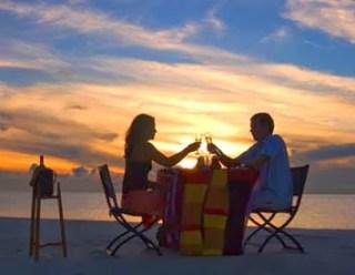 Makan malam pantai romantis