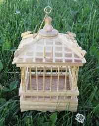Puedes mantener grillos dentro de jaulas de madera, son muy decorativas.