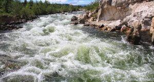 Rio con corriente