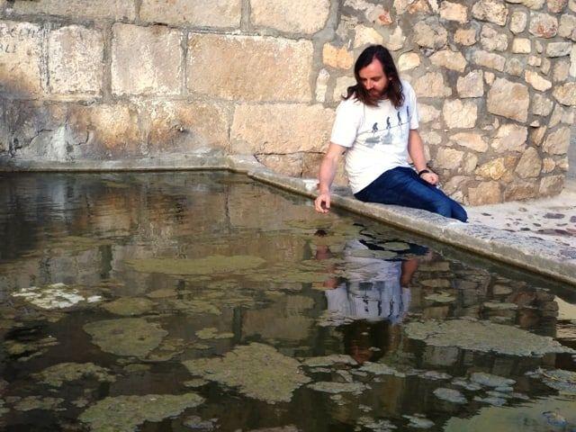 Como eliminar las algas que flotan en el agua de una fuente