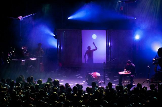 Photographie couleur d'un spectacle des ogres de barback à la salle dumoulin à riom près de clermont-ferrand, par un photographe de concert professionnel.