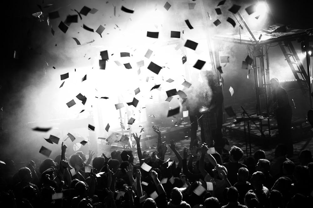 Photographie noir et blanc d'un concert des ogres de barback en auvergne à la salle dumoulin de riom par un photographe professionnel.