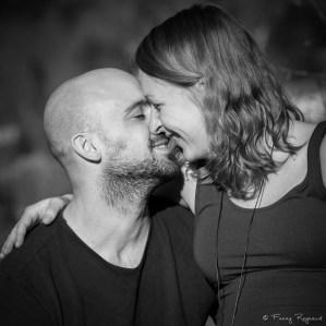 Portrait d'un couple en noir et blanc en lumière naturelle extrait d'un shooting dans la nature autour de clermot-ferrand © Fanny Reynaud photographe professionnelle.