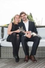 Photographie d'un couple avec leur chat sur leur terrasse sur les hauts de clermont-ferrand, par une photographe à domicile.