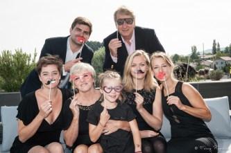 Photographie de famille décalée et originale avec des accessoires - lunettes, moustaches en papier. Photographe à domicile autour de clermont-ferrand, la photographe fanny reynaud se déplace chez vous pour des séances personnelles qui vous ressemblent.