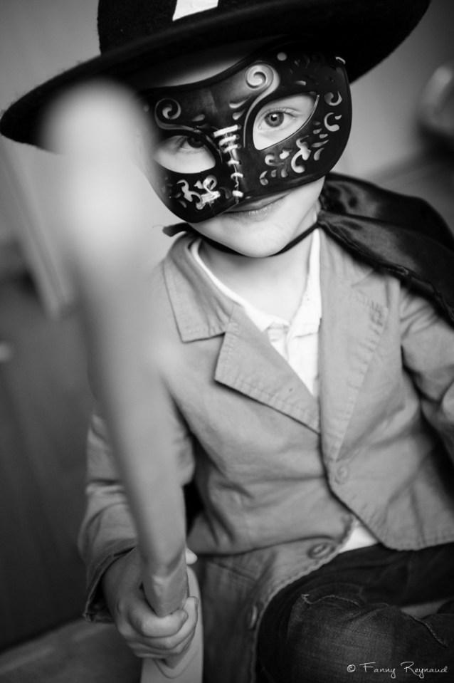 Pendant une séance photo à domicile, le petit garçon a sorti son déguisement de zoro. © Fanny Reynaud photographe professionnelle à domicile.