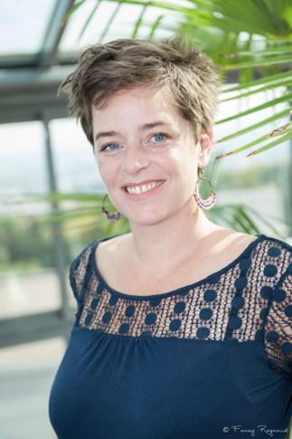 Portrait d'une jeune femme souriante lors d'une séance photo à domicile à clermont-ferrand par un photographe professionnel.