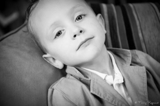 Petit garçon de 5 ans environ prenant la pose devant l'objectif du photographe. Extrait d'une séance photo à domicile dans les environs de clermont-ferrand.