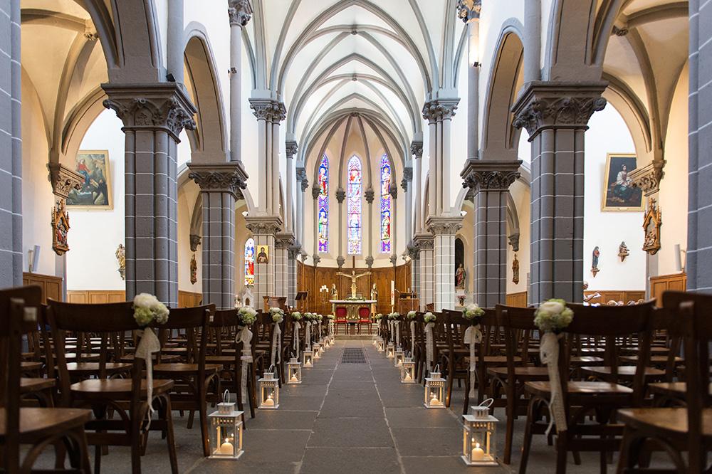 Eglise de Saint-amant-tallende décorée avant un mariage par le fleuriste Marsin.