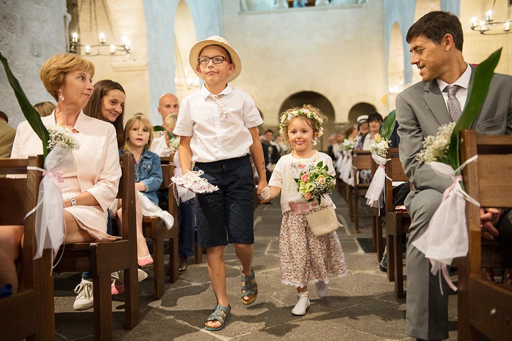 Deux jeunes enfants apportent les alliances aux mariés à l'église de chamalières en auvergne.