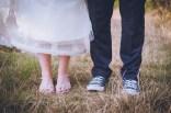 Les chaussures des mariés dans un champ.