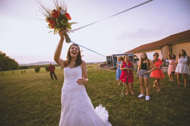 sourire de la mariée pendant le jeu du ruban