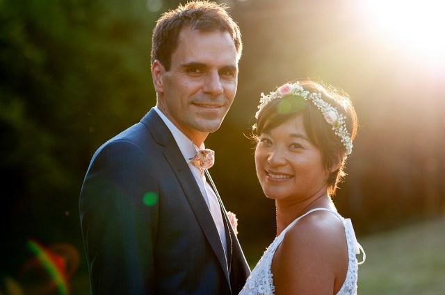 photo de couple en contre-jour au coucher du soleil au château de la montmarie en auvergne par un photographe professionnel