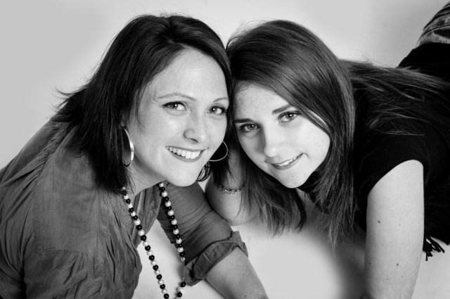 Photo en studio en noir et blanc d'une maman et sa fille. Studio de photographe professionnelle à Clermont-Ferrand, Auvergne.