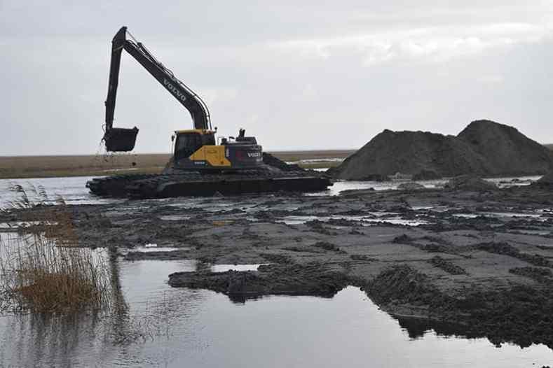 Ein Bagger gräbt den den neuen Hafen in Sønderho aus, damit er eröffnet werden kann