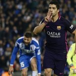 Suarez double keeps FC Barca level with Real