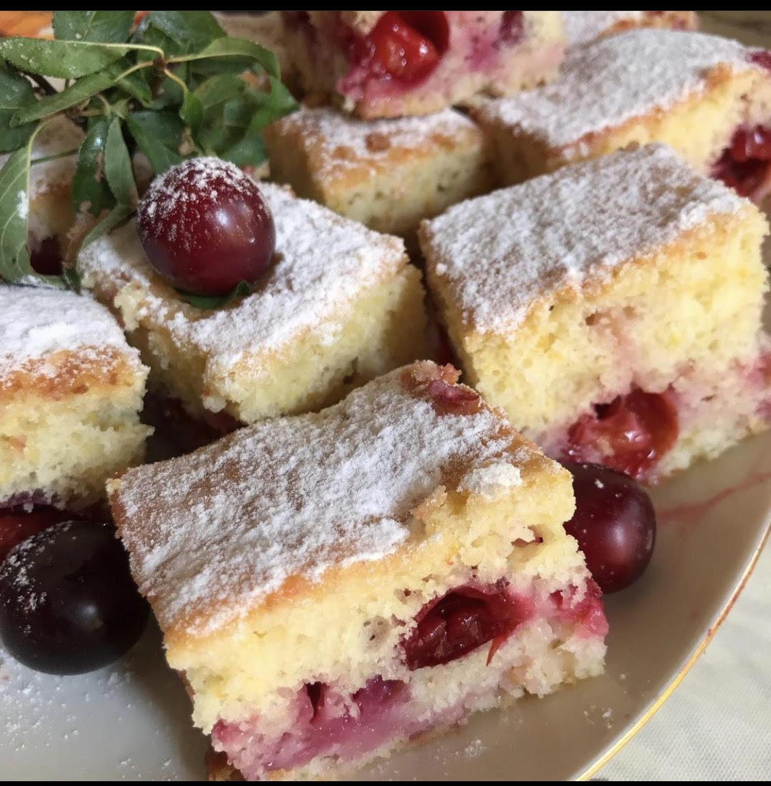 Quadrotti di torta alla ricotta e prugne ciliegia