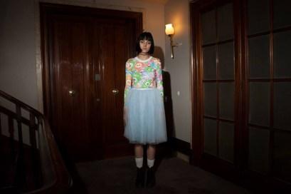 "Crop top ""Sickly Sweet Bears"" de Krizia Robustela, falda de saboSkirt, calcetines Fila, botas Dr. Martens"