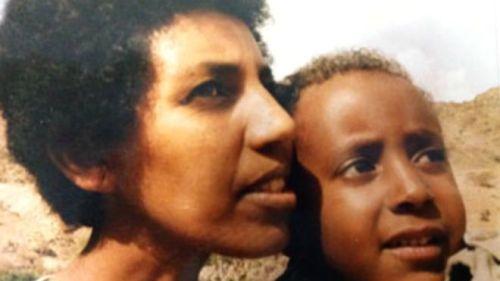 أبراهيم شريفو مع والدته