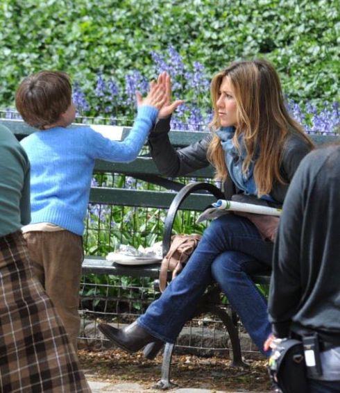 Jennifer Aniston conoce a los hijos de Brad! (InTouch)