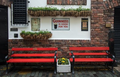 red-bench-against-pub-in-cathedral-quarter-2-days-in-belfast-itinerary